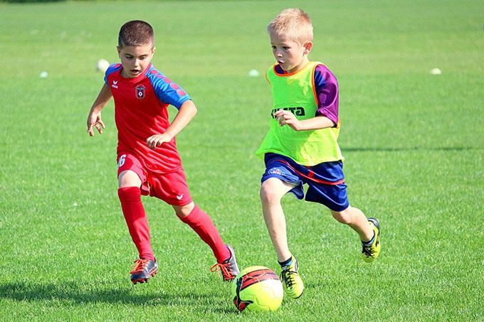 Маленькие футболисты гоняют мяч