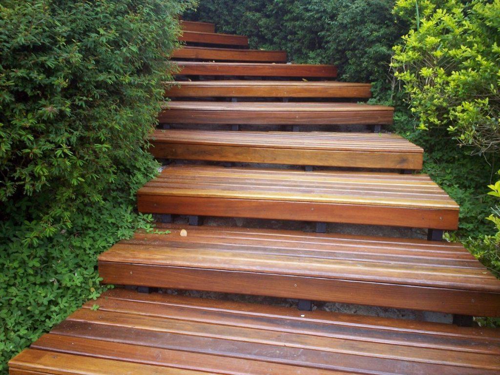 Лесница с деревянными ступенями в саду