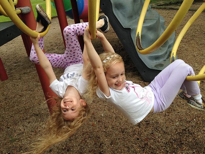 Дети на детской площадке веселятся