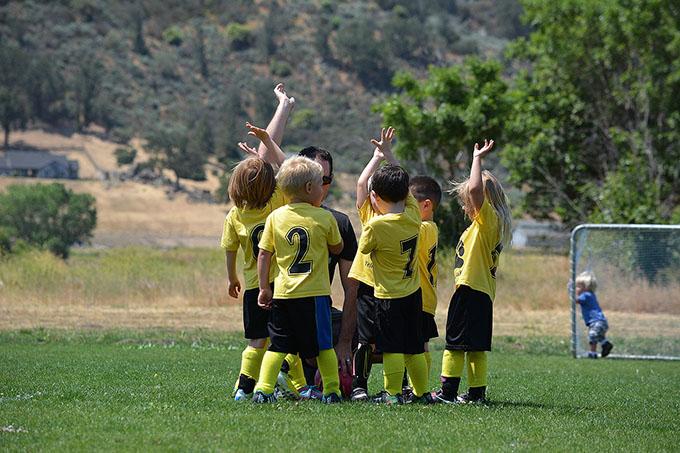 Малыши играют в футбол