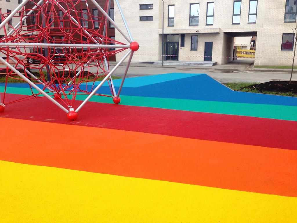 Игровая площадка с ярким покрытием