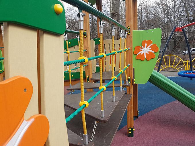Детская площадка с игровым оборудованием