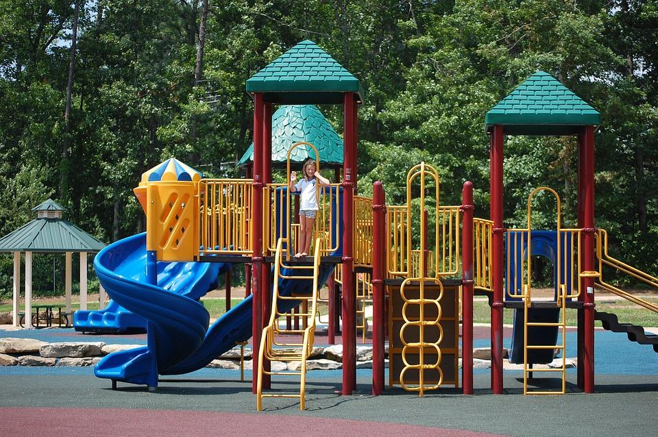 Детская площадка с бесшовным травмобезопасным покрытием