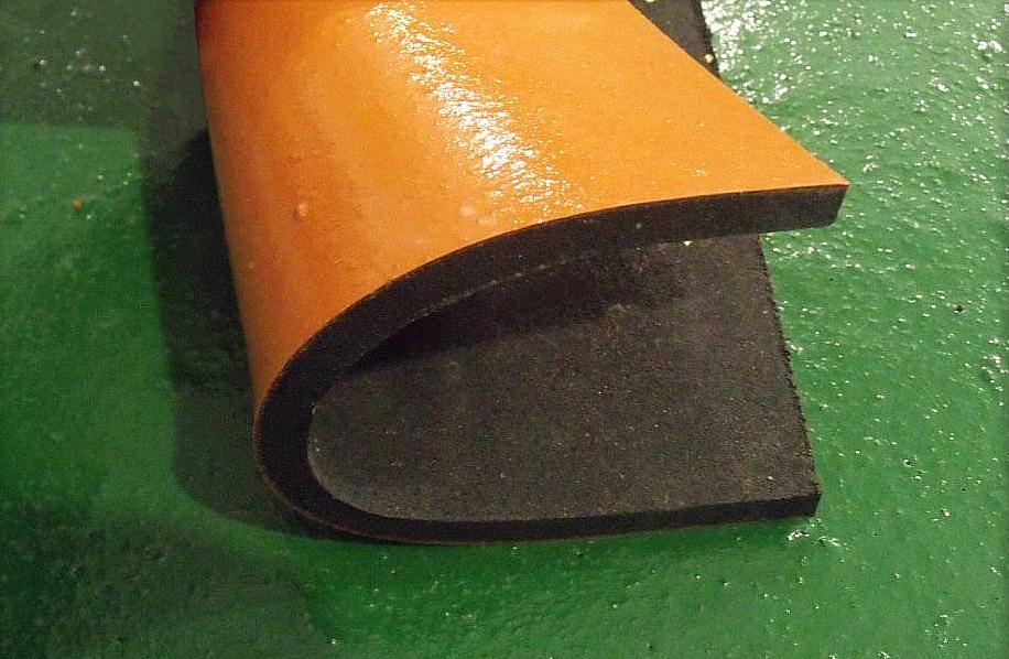 Тестирование цветного полиуретанового покрытия резиновой плитки, применяемой для обустройства полов в коровнике и конюшне