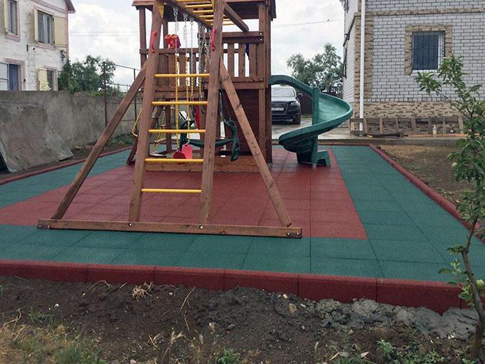 Детская площадка с резиновыми бордюрами на дачном участке